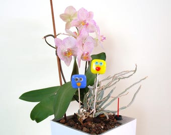 Cute glass love bird couple plant decoration, fused glass indoor/outdoor decoration in blue and yellow on wooden sticks