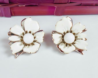 Vintage White Flower Clip On Earrings Sarah Coventry Designer Jewelry Silver Backs
