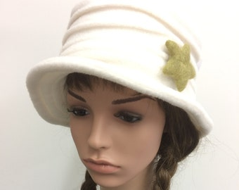 Ladies handmade brimmed fleece hat in Cream.  Size Small to Med.
