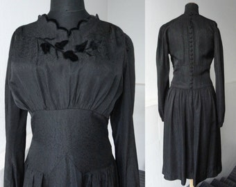 Lovely Black 40s Vintage Dress With Velvet Applications And Fabric Buttons // Size M