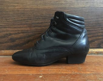 Vintage 1980s Womens DANEXX Black Leather Stacked Heel ANKLE BOOTS Size 7 N Granny Hipster Roper Pixies Flats
