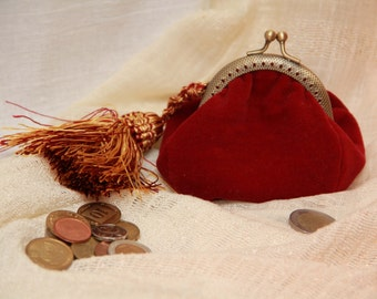 Burgundy velvet purse for coins with a tassel and clasp velours bordeaux bourse fermoir