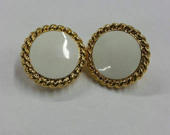 White circle clip on earrings