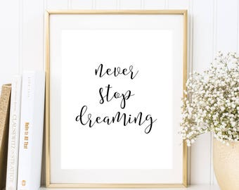 Lettering: Never Stop Dreaming, Sprüche Poster, Text Poster, Lebensweisheiten, Leben, Weisheit, Träume, Liebe Freundschaft, Zitate, Schrift
