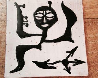 Reservé pour Mark - Carreau de céramique années 50, décor artistique, ethnique, noir et blanc, dessous de plat/ Ceramic tile, french, vintag