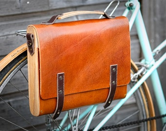 messenger bag , cycle bag, bicycle bag, leather backpack. Full grain vegtanned leather, wood.