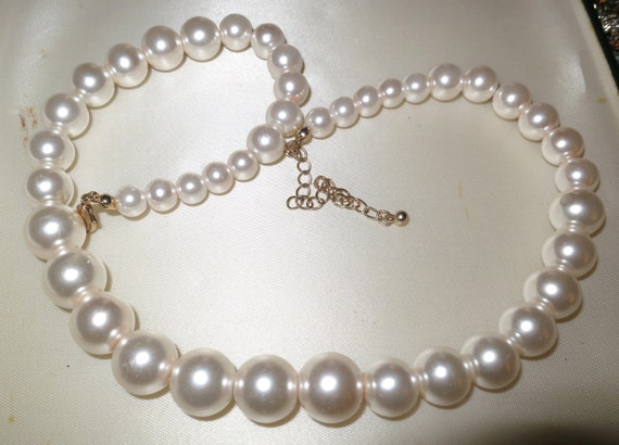 Lovely vintage 1950s white glass pearl necklace
