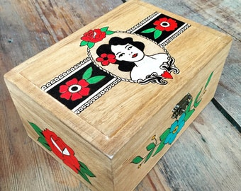 Wooden box with cameo - Pyrography