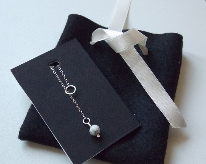 Modern silver chain necklace with a ring hammered effect and a pearl of white howlite