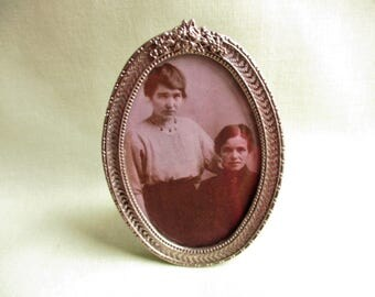Traditional / Victorian style / Silver tone metal / Photograph frame / Portrait frame / Small oval picture frame