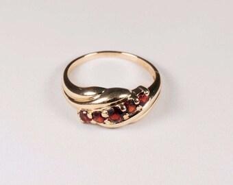 14K Yellow Gold Garnet Ring , 2.9 grams,  size 6.25