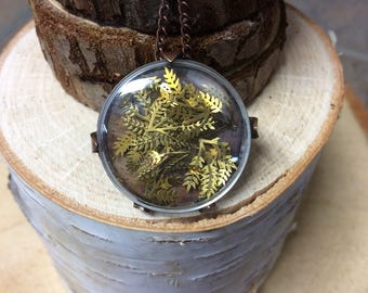 Round captured brass leaves necklace