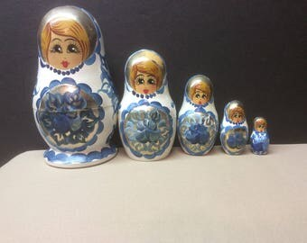 Vintage Russian Nesting Dolls - Artist signed - 5 hand painted dolls