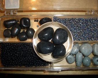 Remaining stock: Box with ceramic beads in the form of stone - black & grey
