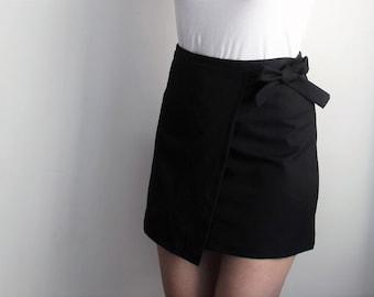 LAST CHANCE! High waisted mini skirt with bow