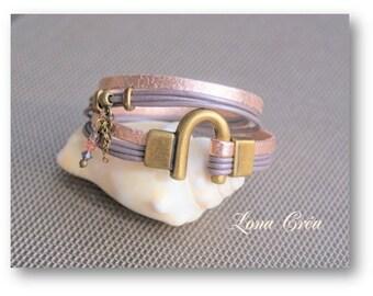 Bracelet leather pink iridescent and purple, bronze clasp Horseshoe charm, zamak beads, rose gold bracelet