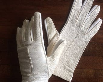 1960's Ivory Kidskin Gloves with stretch fit