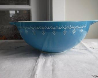 PYREX CINDERELLA mixing bowl # 444, 4 qt snowflake blue pattern