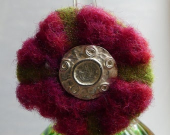 Statement ring, flower, silver, power botton, upcycling, bohemian, spring, summer, red, wool, love, present