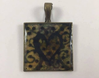 Pendant bronze with swirls and a heart