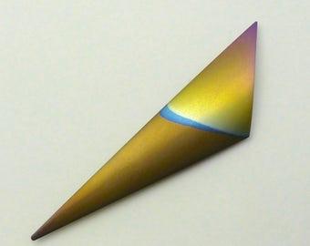 Brooch anodized titanium. Geanodiseerd titanium broche. Anodized titanium triangle brooch.