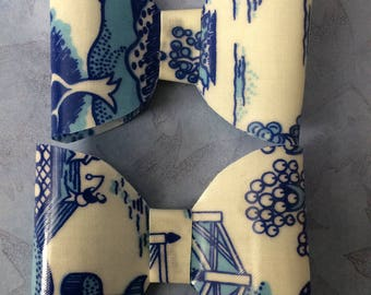 2 x Willow pattern vinyl bow hair clips