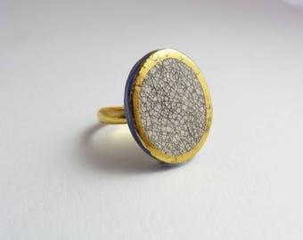 Ceramic ring, ovale beige/grey with gold. Bague céramique, ovale beige/gris avec d or.