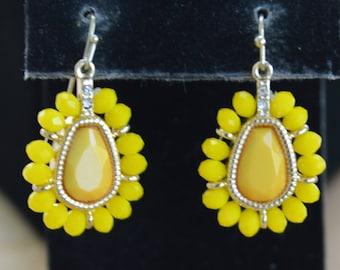 Pretty Vintage Sunny Yellow Plastic Dangle Pierced Earrings, Gold tone (Z3)