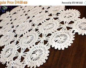 Vintage Wagon Wheel Crochet Placemat or Centerpiece in Off White, Short Table Runner 13760