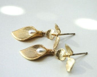 SALE Women's Jewelry  / Pearl Gold Plated Calla Lily Earrings / Accessories / Jewelry / Birthday Gift / Gold and Freshwater Pearls