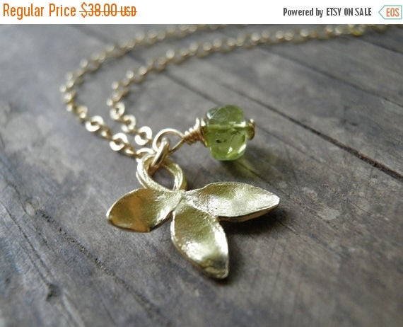 Spring SALE Gold And Green Petal Necklace, Spring Green Peridot Necklace, 14K Gold Filled Chain, August Birthstone Charm Necklace, Minimalis
