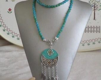 """Ravissant collier sautoir en perles de verre et bois laqué et métal argenté """"des feuilles"""""""