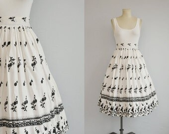 Vintage 1950s Print Skirt / 50s Full Novelty Floral Border Pleated Skirt White Black