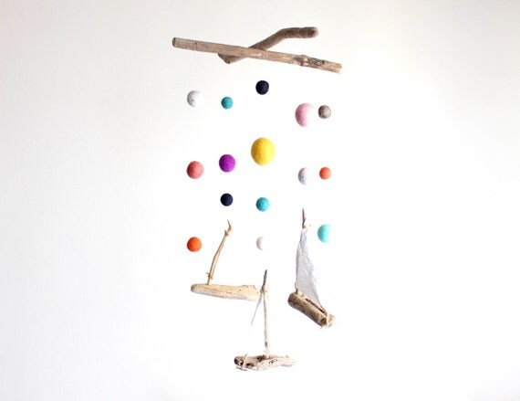 Felt Balls and Sailboats Mobile with Driftwood / Poms size from 2 to 4.5 cm -- Wooden Ships Mobile -- Nautical Rustic Decor -- Ready to Ship
