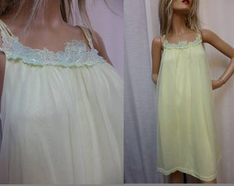 Yellow Green Short Night Gown with Light Green Applique Detail at Neckline, Double Nylon, Vintage M/L