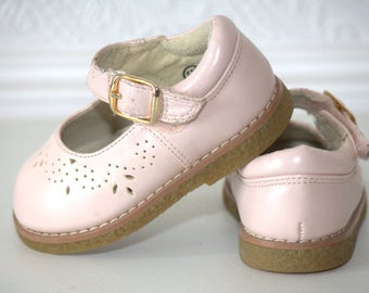 Vintage pink Mary Jane shoes, mary janes, vintage shoes, vintage girl shoes, white shoes, sz 5