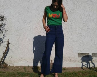 Vintage 70s Tee Shirt Graphic Novelty Print Short Sleeve Green Red Top