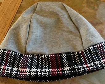 Wonderful subtle grey stretch hat with a zingy plaid band