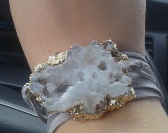 White agate slice choker/wrist wrap/necklace.  Actual in stock stones vary, but color selections are accurately shown.