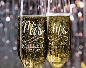 Set of 2, Mr. Mrs. Wedding Toasting Flutes, Wedding Champagne Glasses, Wedding Champagne Flutes, Custom Personalized Champagne Glass #N5