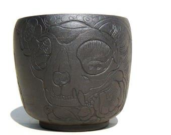 yunomi teabowl black stoneware carved cat skull design KaouennCeramics