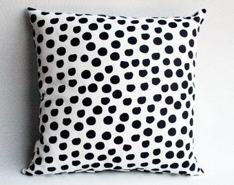 Polka Dot - motif de répétition imprimé à la main, noir et Ivoire, Dalmatien bio oreiller spot, coussin accent monochrome