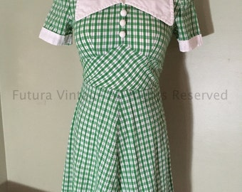 1960s Adorable Green and White Gingham Cotton Short Sleeve A Line Dress with Exaggerated White Contrast Collar and Cuff Faux Button Front-XS