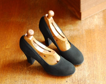 vintage 1940s shoes / 40s black suede baby doll heels / size 5
