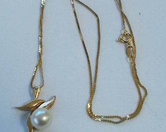 14K and Cultured Pearl Pendant on a sixteen inch 14K chain.  (513)