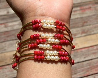 Pearl and Red shimmer Beaded Bracelets with gold plated charms - Semanario de piedritas de perla y rojas tornasol con dijes de chapa de oro
