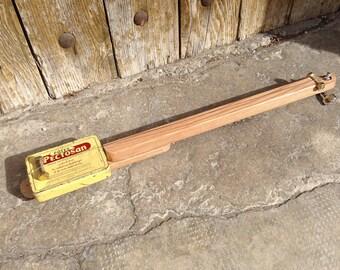 Cigar Box guitar: Box old metal / Pectosan / 1 rope
