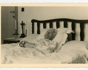 Post mortem photo of a man laid out in bed - vintage photo - black and white - death & mourning
