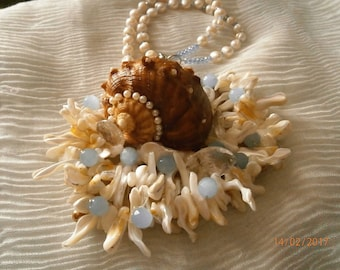 CONCHIGLIONA Large white pearls, Pearl shell, with blue and white pearls.