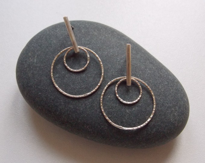 Silver pendant earrings with 2 rings hammered pattern by atelier axelle bijoux made in France